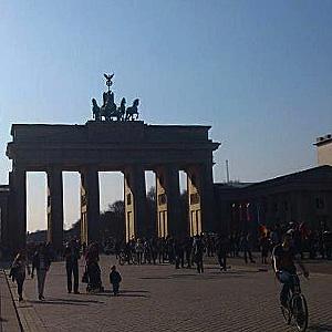 Das Brandenburger Tor an einem sonnigen Frühlingstag