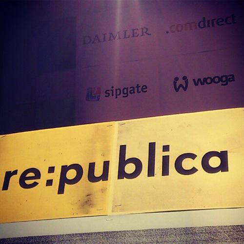 Rednerpult und Sponsoren der re:publica12