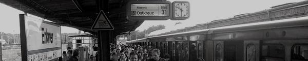 Volle S-Bahn nach Ankunft in Erkner
