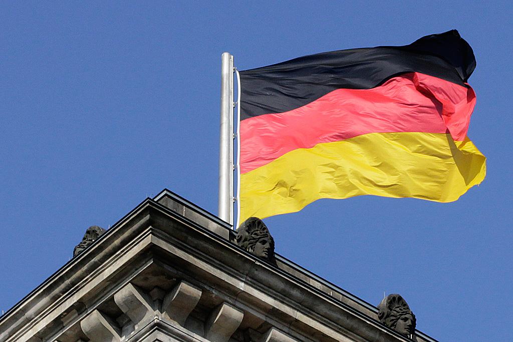 Deutsche Nationalflagge auf dem Reichstag in Berlin
